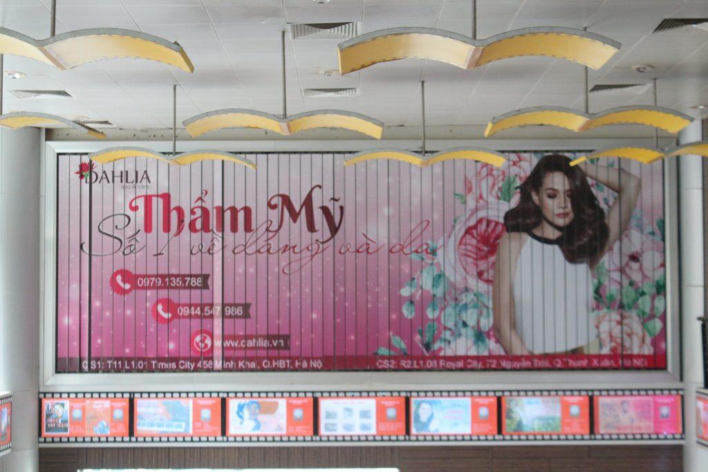quảng cáo tại rạp chiếu phim với biển bảng hấp dẫn